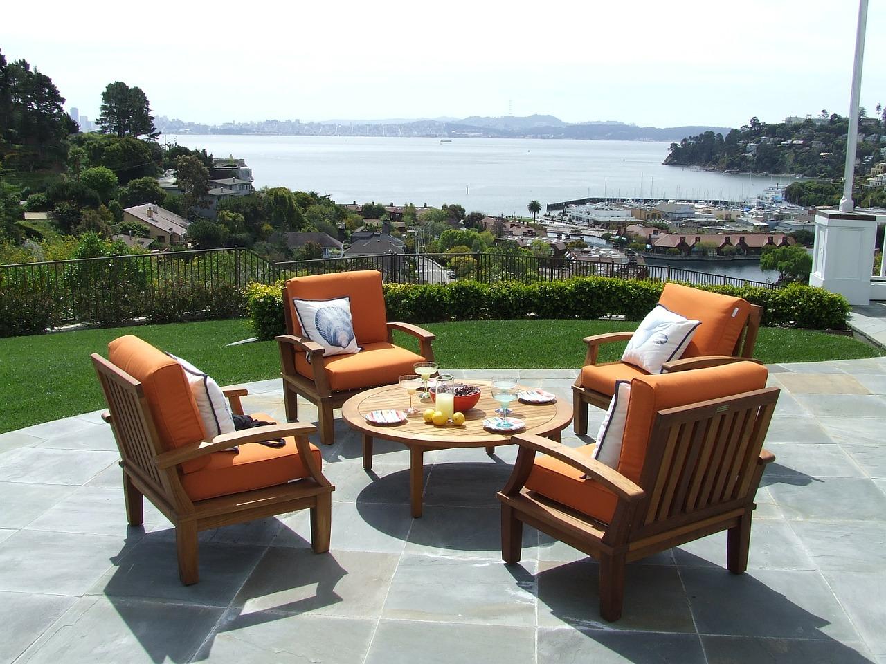 tafel met 4 stoelen op een zonnig terras